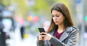 Poważny nastoletni texting na mądrze telefonie outdoors zdjęcie wideo