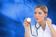 Poważny pielęgniarki słuchanie z stetoskopem Zdjęcia Royalty Free