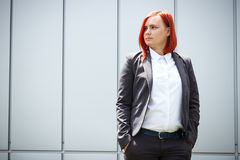 Poważny pomyślny miedzianowłosy dziewczyna szef, bizneswoman w kostiumu, zdjęcia stock