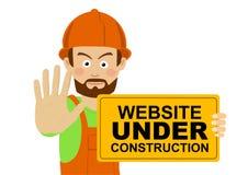 Poważny pracownika mężczyzna jest ubranym ciężkiego kapeluszu mienia sztandar z strona internetowa teksta seansu przerwy w budowi Obrazy Stock