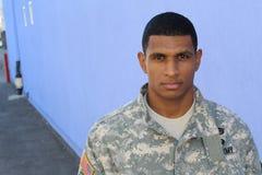 Poważny przyglądający żołnierz z kopii przestrzenią na lewicie fotografia royalty free