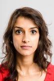 Poważnego kobieta portreta wysokiej definici popielatego backgrou istni ludzie Obrazy Royalty Free