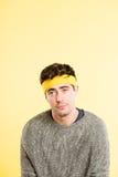 Śmiesznego mężczyzna portreta definici kolor żółty wysokiego tła istni ludzie Zdjęcia Royalty Free