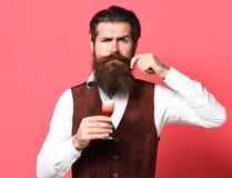 Poważny przystojny brodaty mężczyzna obrazy stock