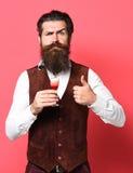 Poważny przystojny brodaty mężczyzna zdjęcia stock