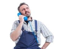 Poważny repairman rozwiązuje praca problem na telefonie Obraz Royalty Free