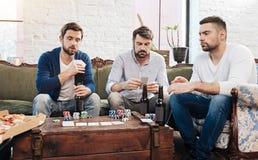 Poważny skoncentrowany mężczyzna uprawiać hazard obraz stock