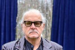 Poważny starszy mężczyzna jest ubranym szkła obraz stock