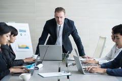 Poważny szef dyskutuje pracę z jego kolegami gorącej dyskusji Obraz Royalty Free