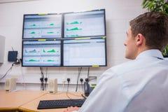 Poważny technik patrzeje ekran komputerowego zdjęcia stock
