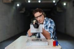 Poważny ufny marksman celowanie z karabinem zdjęcia stock