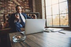 Poważny w średnim wieku męski biznesmena relaksować Obraz Stock