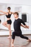 Poważny wytrwały tancerz wykonuje fizycznego ćwiczenie zdjęcie stock