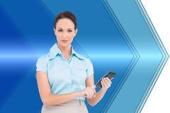 Poważny z klasą bizneswoman używa kalkulatora Obrazy Stock