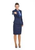 Poważna biznesowa kobieta wskazuje w kamerze Zdjęcia Stock