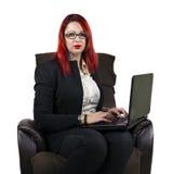 Poważna biznesowa kobieta z laptopem Obrazy Royalty Free