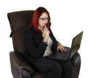 Poważna biznesowa kobieta z laptopem Fotografia Stock