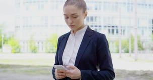 Poważna formalna kobieta wyszukuje smartphone zbiory