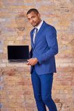 Poważny biznesmen pokazuje laptopu ekran Zdjęcie Stock