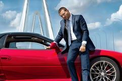 Poważny biznesmen stoi blisko samochodu Obrazy Royalty Free