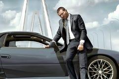 Poważny biznesmen stoi blisko samochodu Zdjęcia Stock