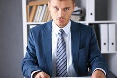 Poważny biznesmen w biurze egzamininuje Zdjęcie Stock