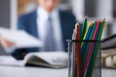 Poważny biznesmen w biurze egzamininuje Fotografia Stock