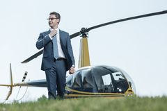 Powabna agent specjalny pozycja przy heliport Obrazy Royalty Free