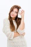 Powabna atrakcyjna młoda kobieta trzyma białego kubek zdjęcia stock