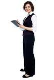 Powabna biznesowa dama pozuje z schowkiem Fotografia Stock