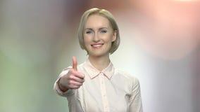 Powabna biznesowa kobieta daje kciukowi w górę zdjęcie wideo