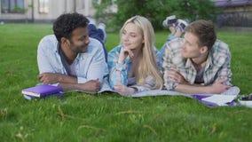 Powabna blondynki dziewczyna flirtuje z dwa facetami wybiera best jeden, związek zbiory