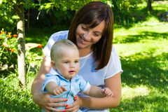 Powabna caucasian chłopiec z matką Fotografia Stock