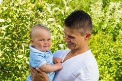 Powabna caucasian chłopiec z ojcem Zdjęcie Royalty Free