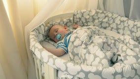 Powabna chłopiec śpi w ściąga w domu zbiory
