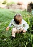 Powabna chłopiec w zielonej wysokiej trawie zdjęcia stock