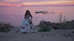 Powabna dama w długiej sukni chodzi wzdłuż banka rzeka zdjęcie wideo