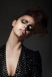 Powabna dama z Złotym Eyeshadow w zadumie Obrazy Stock