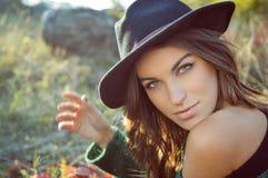 Powabna dziewczyna jest ubranym czarnego kapelusz z nagim Zdjęcie Royalty Free