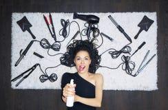 Powabna dziewczyna kłama na białym dywanie i kropi w ca zdjęcia stock