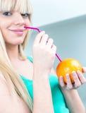 Powabna dziewczyna pije pomarańcze od słomy Obrazy Royalty Free