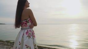 Powabna dziewczyna stoi bezczynnie rzekę w długiej sukni zdjęcie wideo