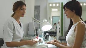 Powabna dziewczyna w manicure'u salonie zbiory wideo