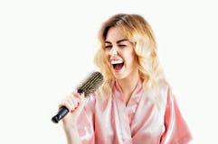 Powabna dziewczyna w opatrunkowej todze śpiewa w grępli zdjęcia royalty free