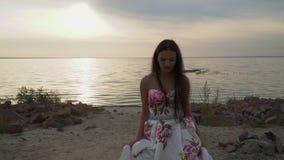 Powabna dziewczyna w wieczór sukni rzeką zdjęcie wideo