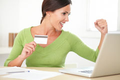 Powabna dziewczyna w zielonym koszulowym kupieniu online Zdjęcie Stock