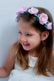 Powabna dziewczyna z długim blondynu włosy, skocznymi niebieskimi oczami i uszczypniętym nosem bezel jest handmade Ono uśmiecha s Zdjęcia Royalty Free