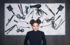 Powabna dziewczyna z poważnym spojrzeniem kłama na białym dywanie fotografia royalty free