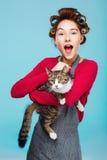 Powabna dziewczyna z szerokim uśmiechem z kotem w ręk pozach zdjęcie royalty free