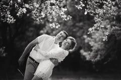 Powabna i modna para w miłości tła rocznika starym kasztelu czarny white obraz royalty free